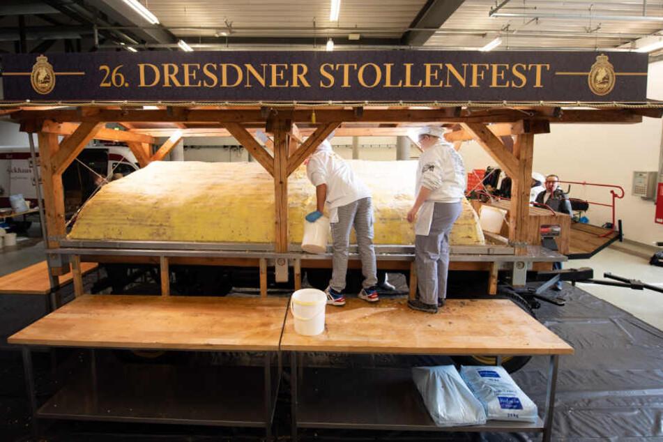 Noch ruht Dresdens größte Kalorienbombe im Messegelände. Bäckermeister haben den Riesenstollen aus Hunderten Einzel-Stollen-Platten zusammengesetzt.