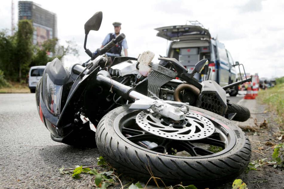 Der Biker war gegen einen Lkw geprallt.