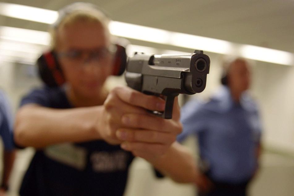 Wachpolizisten werden auch an der Waffe ausgebildet. Dabei verletzte sich 2016 ein Wachpolizist selbst.