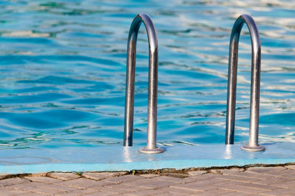 Schwimmbecken beschädigt: Vandalen wüten im Badeland
