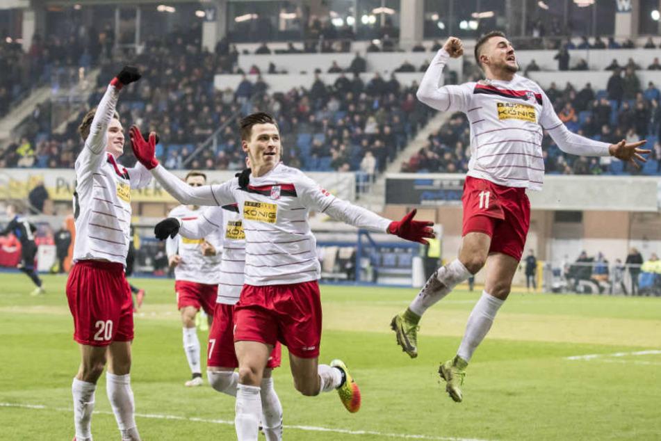 Rot-Weiß Erfurt feierte den Sieg gegen den Spitzenreiter der dritten Liga.