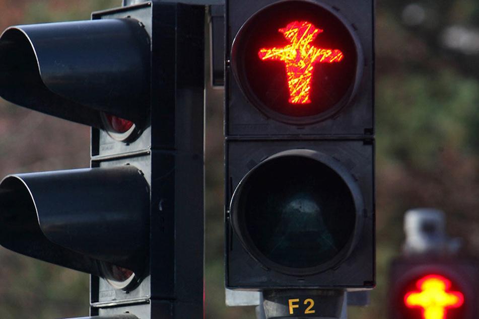 Der Fußgänger ignorierte die rote Ampel und wurde von einer Autofahrerin erwischt.