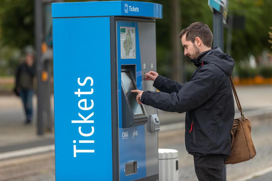 Kurzentschlossene können ihr Ticket weiterhin am Automaten in bar bezahlen.