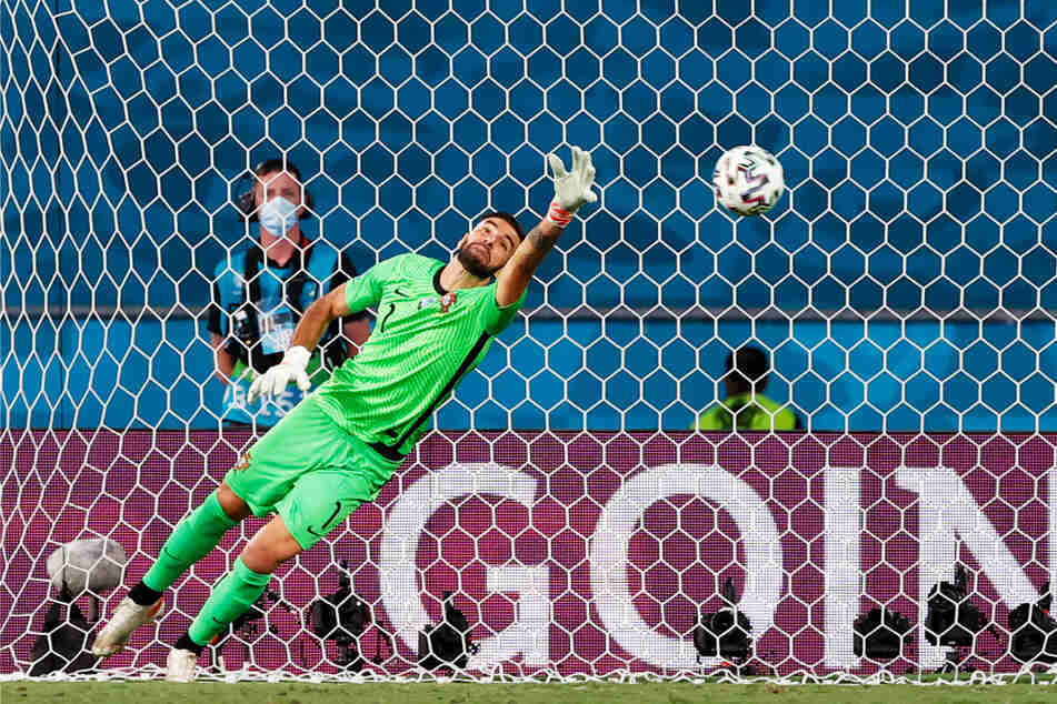 ....und Portugals Keeper Rui Patricio bekommt den Flatterball nicht zu fassen, weshalb er zum 1:0 für Belgien in den Maschen einschlägt.