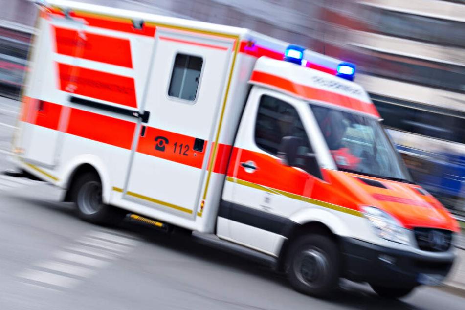 Die Rettungskräfte mussten den Verletzten in ein Krankenhaus bringen. (Symbolbild)