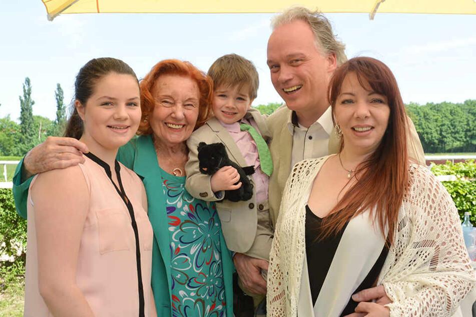 Eine glückliche Sarrasani-Familie: Satin (13), Ingrid (84), Noah (3), André (45) und Edith (40, v.l.).
