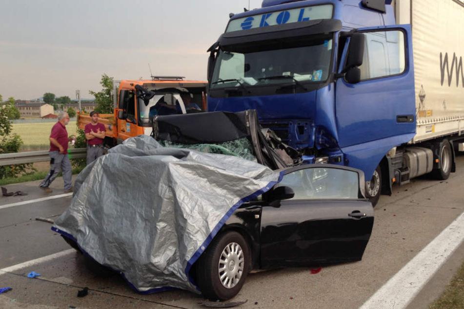 In diesem Wrack starben im Juni 2015 zwei Frauen, nachdem ein Lkw in ein Stauende gekracht war. Nun ist das Urteil gegen den Fahrer gefallen. (Archivbild)