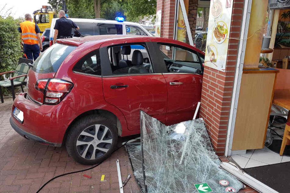 Erst beim Aufprall auf das Gebäude blieb das Fahrzeug stehen.