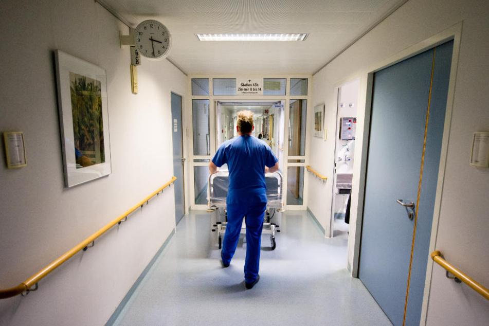 Während die Patienten in anderen Räumen behandelt wurden, schlug der 16-Jährige zu. (Symbolbild)