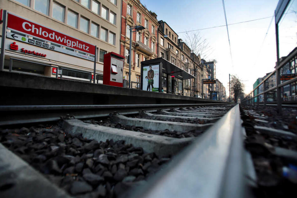 Am Chlodwidplatz wurde ein Polizist (32), der privat unterwegs war, vor eine Straßenbahn gestoßen und getötet.