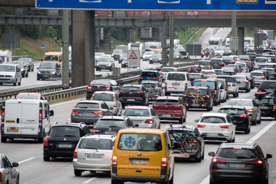 Der Verkehr staut sich rund um den Hamburger Elbtunnel.