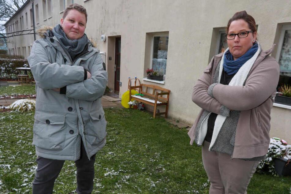 Melanie R. (li.) und ihre Nachbarin Manuela R. (re.) sind fassungslos, wie der Vermieter derzeit agiert.