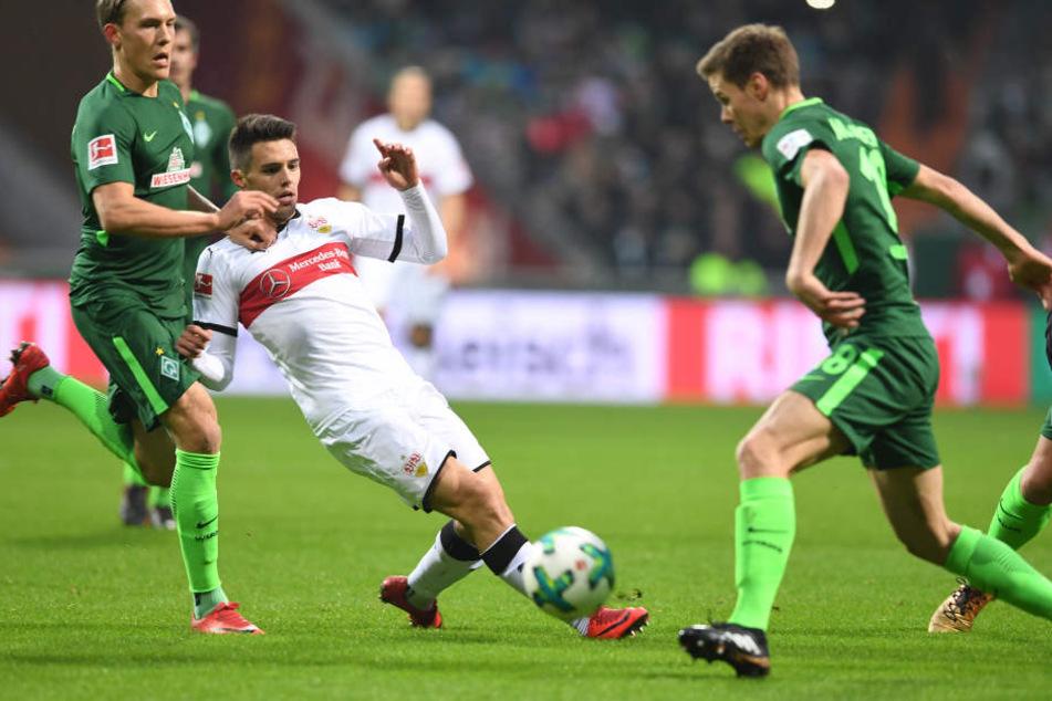 Bremens Ludwig Augustinsson (l.) und Niklas Moisander (r.) versuchen Stuttgarts Josip Brekalo den Ball streitig zu machen.