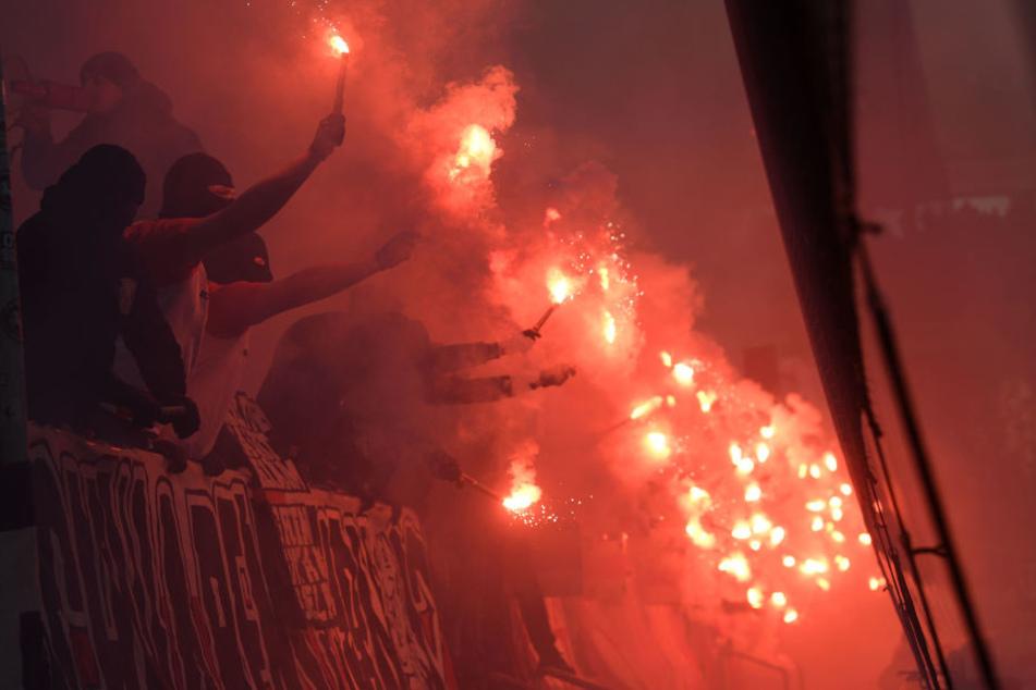 Ein leidiges Thema: Auch beim Spiel gegen Stuttgart gab es eine Verzögerung des Anstoßes aufgrund des Einsatzes von Pyro-Technik.