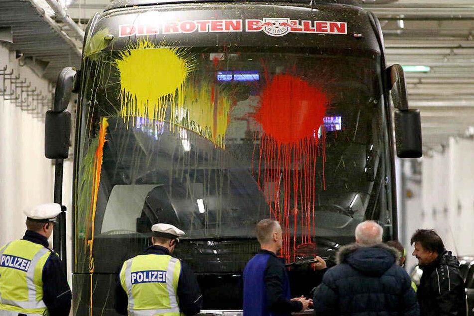 Bei der Anfahrt von RB Leipzig bewarfen Bayer-Leverkusen-Anhänger den Mannschaftsbus der Roten Bullen mit Farbbeuteln. RB gewann 3:2.