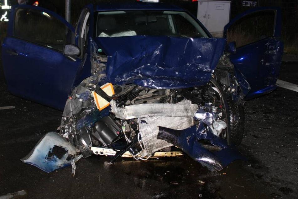 Am Auto des Unfallverursachers entstand ein Totalschaden.