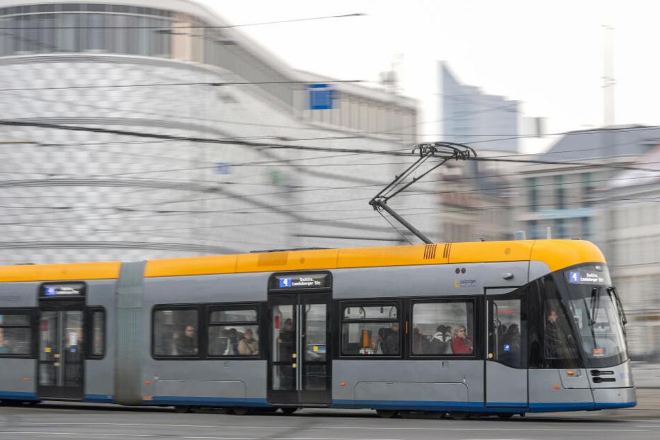 In einer neuen XL-Tram der Linie 4 Richtung Stötteritz hat ein Unbekannter in den Kinderwagen einer fremden Frau gegriffen und ihr Baby am Hals gewürgt.