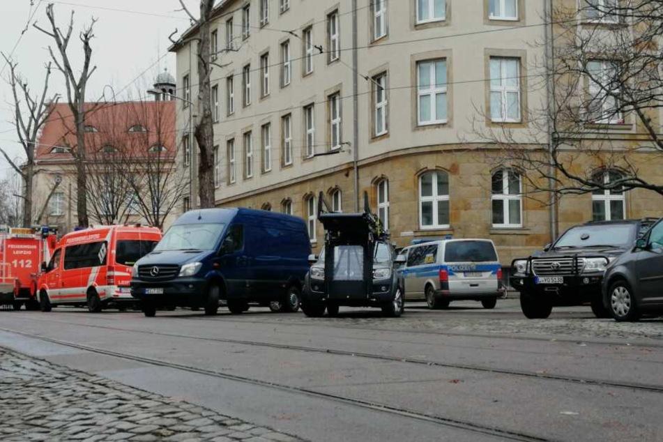Gegen 12.30 Uhr konnte der 21-Jährige von der Fensterbank gezogen werden.