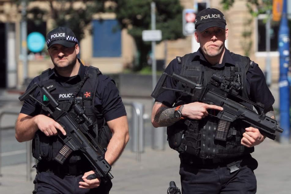 Am Dienstag sichern noch zahlreiche bewaffnete Beamte den Tatort.