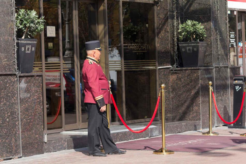 Einen Pagen am Hoteleingang bieten nur die gehobenen Hotels.