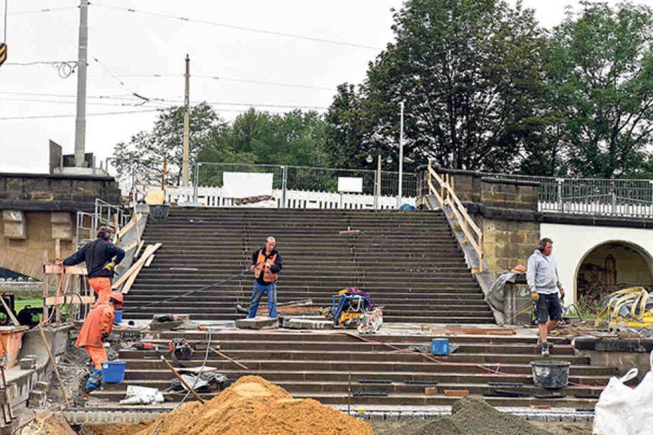 Die Fußgängertreppe an der Augustusbrücke wird zum Stadtfest nicht ganz  fertig.