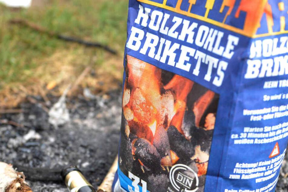 Grillkohle und Grillanzünder gerieten vor dem Supermarkt in Brand. (Symbolbild)