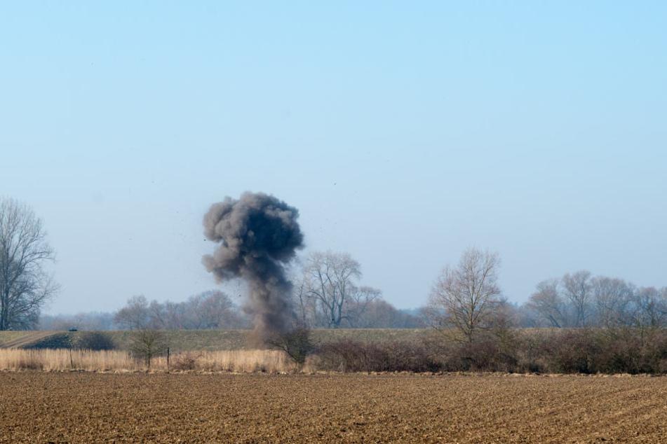 Wie das Polizeiverwaltungsamt mitteilte, wurden zwei Panzersprenggranaten, zwei Sprenggranaten und eine Zündladung mit Zünder kontrolliert gesprengt. (Symbolbild)