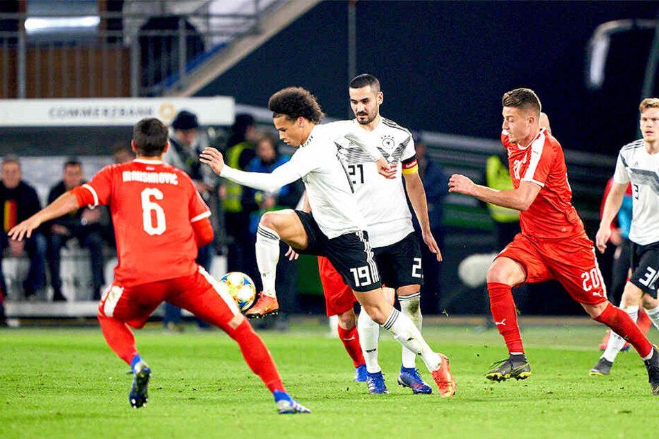 Leroy Sané (am Ball) und Ilkay Gündogan (dahinter) wurden aus dem deutschen Block angefeindet.