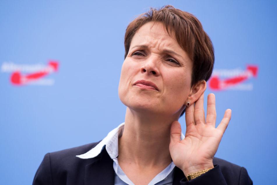 Der Immunitätsausschuss des Sächsischen Landtags hat dem Parlament die Aufhebung der Immunität von Frauke Petry nahegelegt.