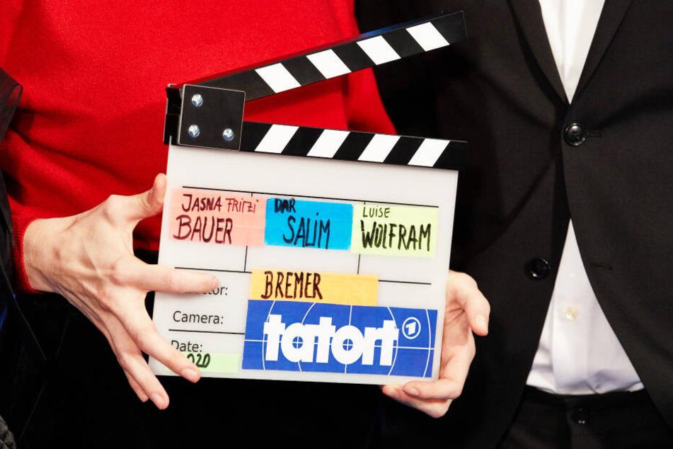 Jasna Fritzi Bauer, Schauspielerin, hält eine Filmklappe vom Bremer Tatort.