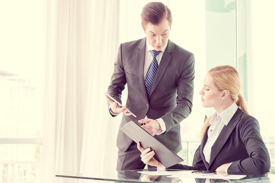 Frauen erhalten im Vergleich zu Männern deutlich weniger Gehalt in ihren Jobs (Symbolbild).