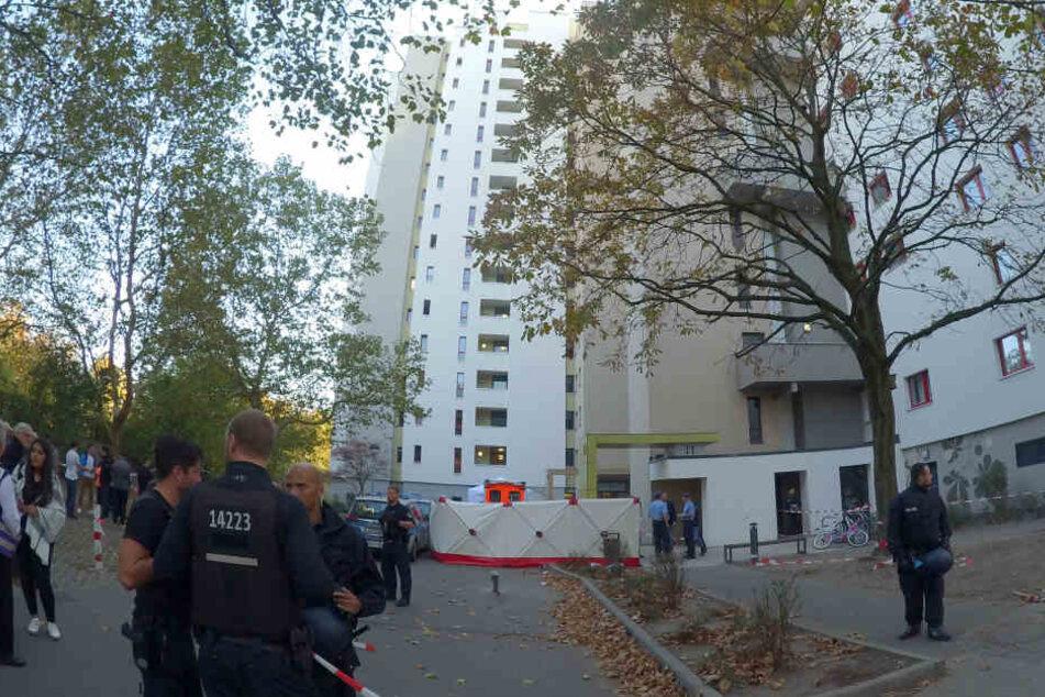 Einsatzkräfte sollen noch versucht haben, den Jungen zu reanimieren. Zudem ist das Haus, aus dem der Gegenstand geflogen sein soll, abgesperrt.