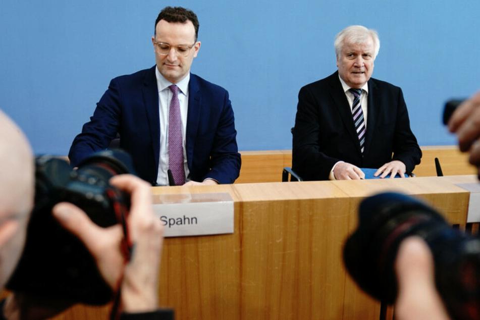 Bundesgesundheitsminister Jens Spahn (39, CDU, links) und Bundesinnenminster Horst Seehofer (70, CSU) geben eine Pressekonferenz zur Ausbreitung des Coronavirus und zur Einrichtung eines gemeinsamen Krisenstabs.