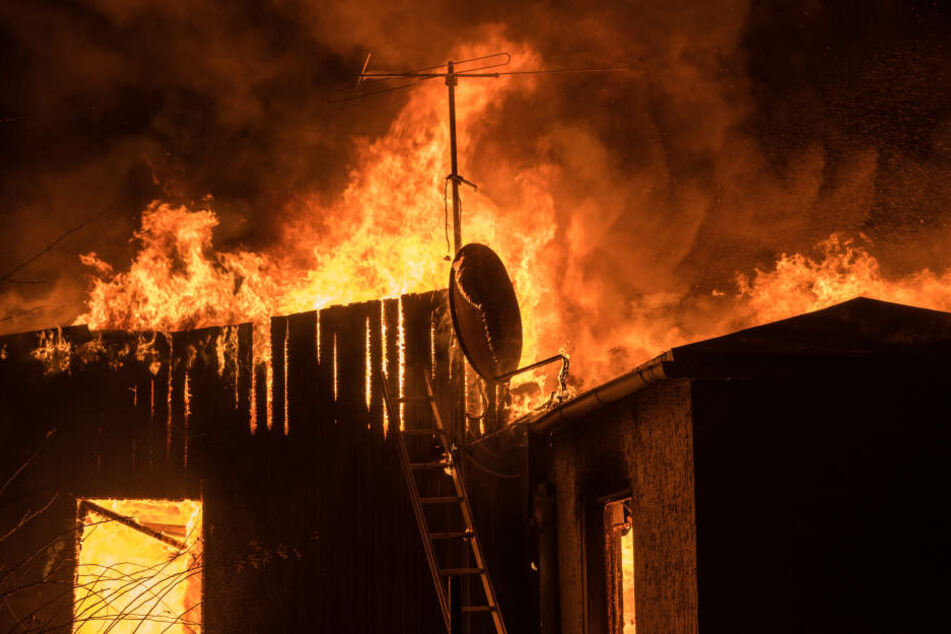 Menschen mussten mit einer Leiter vom Dach des brennenden Hauses gerettet werden. (Symbolbild)