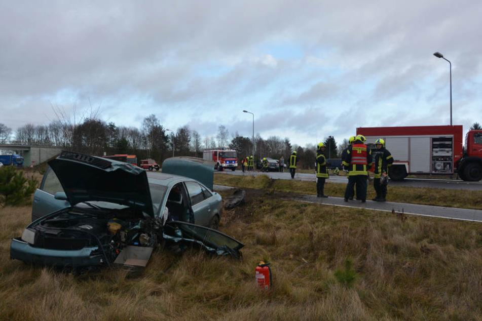 Das Fahrzeug landete neben der Fahrbahn. Der Unfalllverursacher flüchtete.