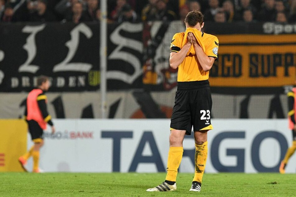 Florian Balles vergräbt nach dem Spiel enttäuscht sein Gesicht im Trikot.