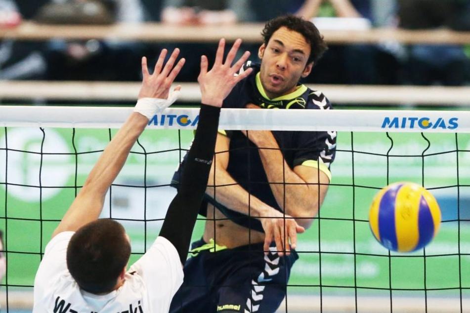Hooi (hinterm Netz) schmetterte zu seiner aktiven Zeit auch gegen den VC Dresden.