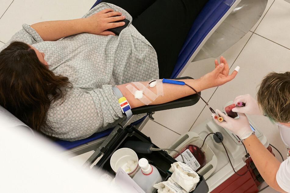 Kann das Blutplasma von Corona-Genesenen schwer kranken Covid-19-Patienten helfen? (Symbolbild)
