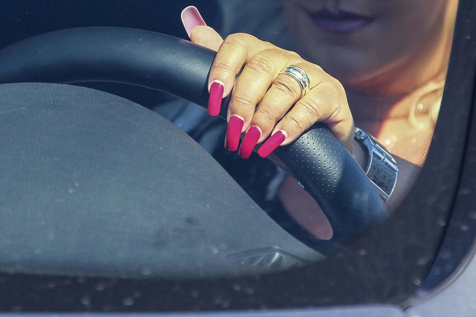 Eine völlig betrunkene Frau hat in Oberbayern auf der Autobahn gewendet. (Symbolbild)