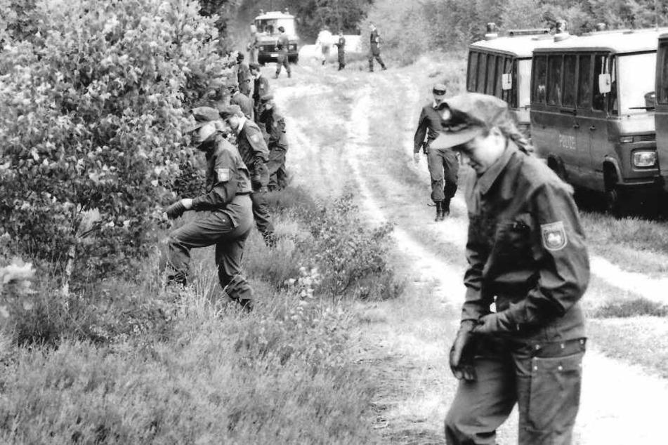 Auf der Suche nach dem Göhrde-Mörder durchkämmen Polizisten im Jahr 1989 einen Wald. (Archivbild)