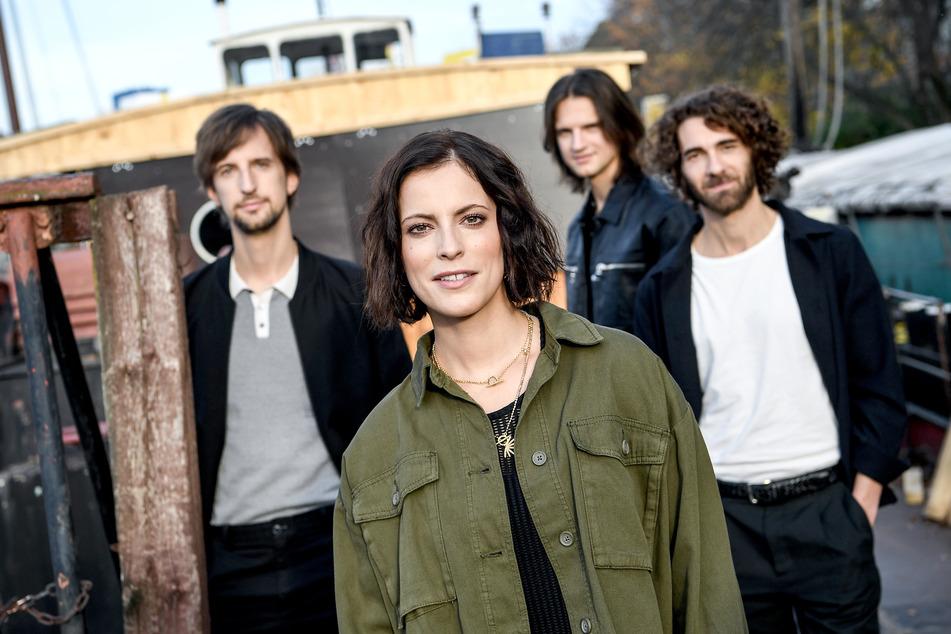 Bassist Johannes Stolle (39, l.-r.), Sängerin Stefanie Kloß (36), Gitarrist Thomas Stolle (37) und Schlagzeuger Andreas Nowak (38) von der Band Silbermond. (Archivbild)