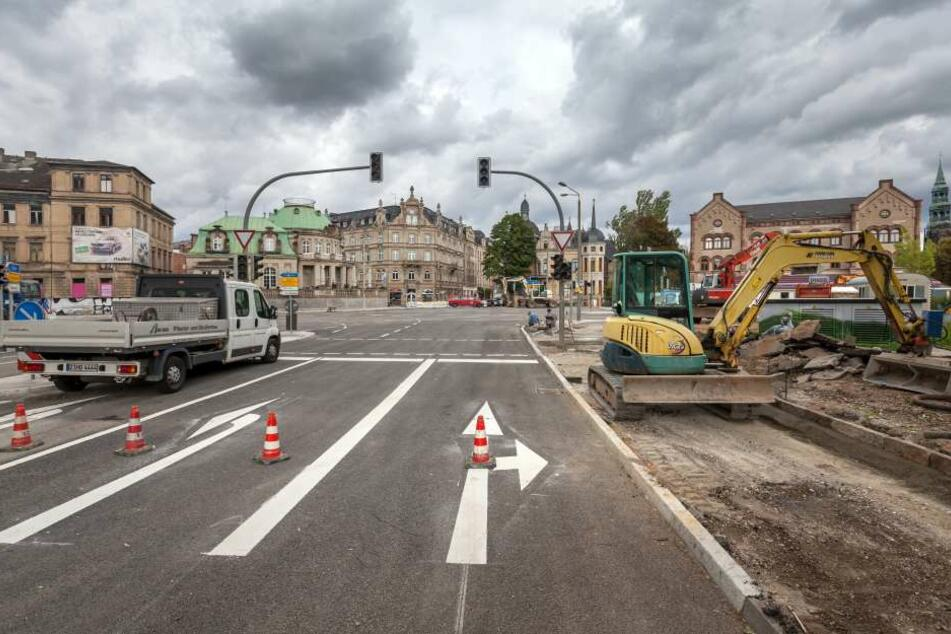 Asphalt ist drauf, die Fahrbahnmarkierung wurde auch aufgemalt - heute  Nachmittag wird die Moccabar-Kreuzung wieder freigegeben.
