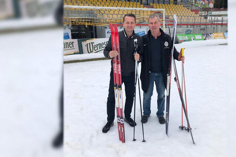 CFC-Sportvorstand Thomas Sobotzik (l.) und VfB-Manager Volkhardt Kramer nehmen es sportlich und wechselten die Sportart.