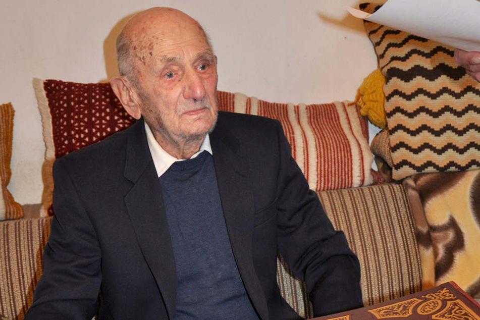 Dieses Foto entstand bei seinem Eintrag ins Goldene Buch zu seinem 110. Geburtstag.