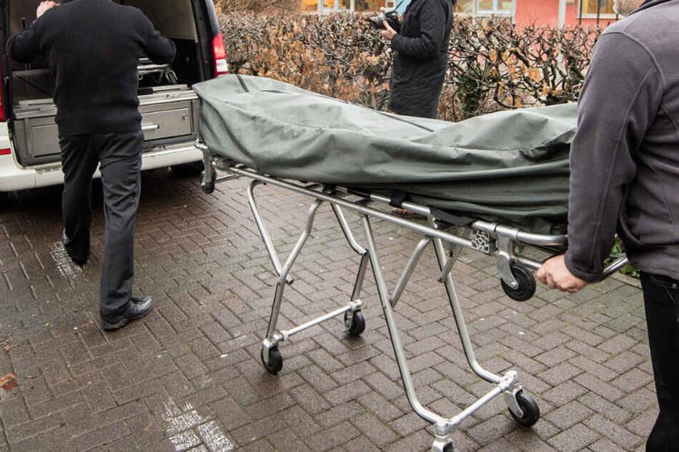 Tödlicher Betriebsunfall: 54-Jähriger von Holzteil erschlagen