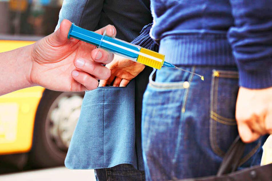 Weil er eine Spritze zückte, ließen die Verfolger eines Taschendiebs von ihm ab.