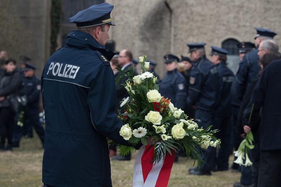 Auch sehr viele Polizisten waren zu der Beerdigung gekommen.