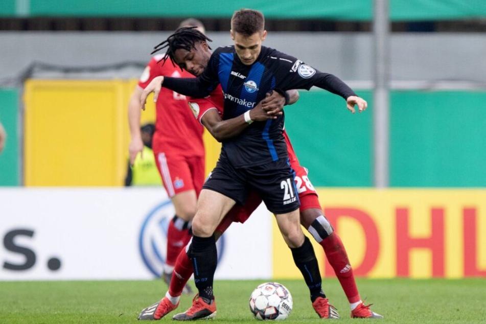 Gideon Jung vom HSV (links) im Duell mit Paderborner Philipp Klement.