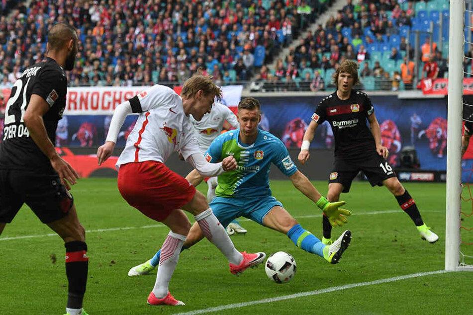 Auch Emil Forsberg probierte es das ein oder andere Mal, scheiterte hier aber an Torhüter Bernd Leno.