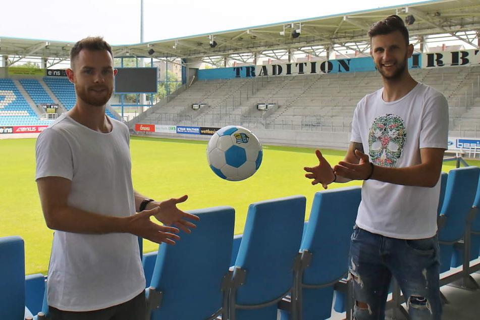 Bevor er sich in den Urlaub nach Kroatien verabschiedete, schaute sich Tobias Müller (l., mit Dejan Bozic) das CFC-Stadion an. Hier will er in der Regionalliga möglichst oft auflaufen.